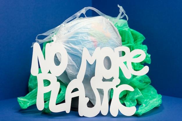 地球を覆うプラスチックの正面図