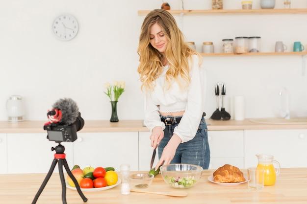 Женщина блоггер приготовления