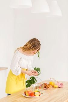 Женщина готовит дома
