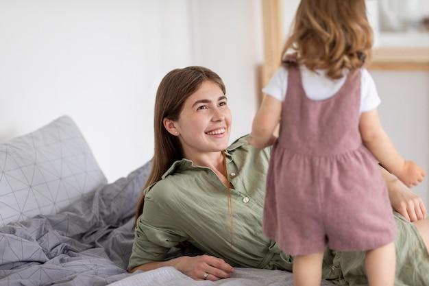 Мать смайлик смотрит на дочь