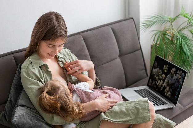 母親の母乳で育てる少女