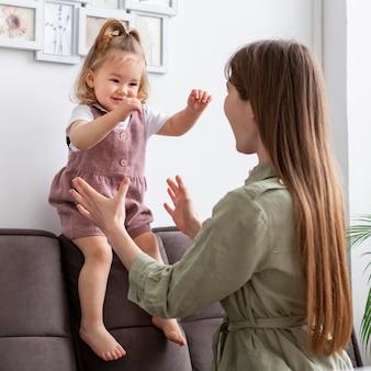 Мать играет со счастливым ребенком