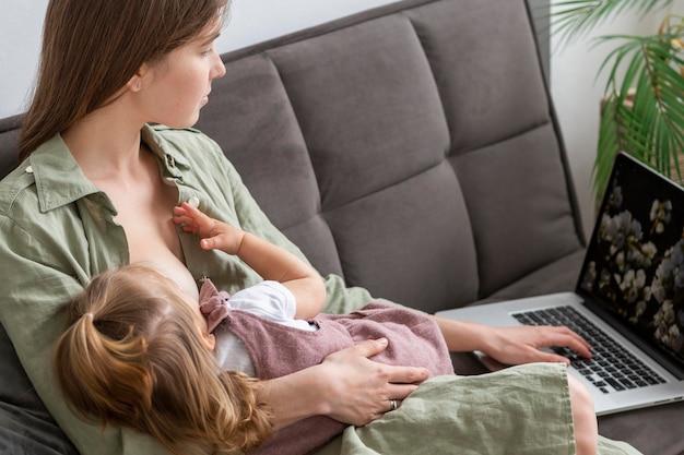 忙しい母親の母乳育児の子供