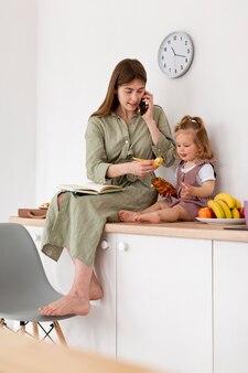 フルショットの母親と子供のカウンタートップ