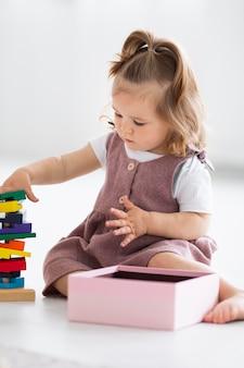 おもちゃで遊ぶフルショットの女の子