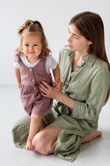Высокий угол мать держит девочку