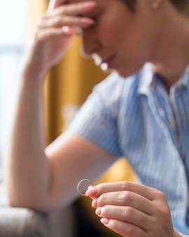 結婚指輪を保持しているぼやけている女性