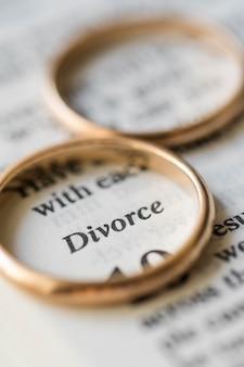 高角度の黄金の結婚指輪