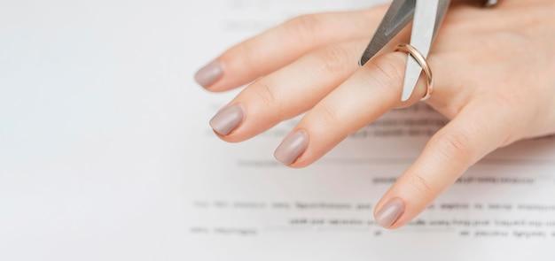 Ножницы крупным планом для резки обручального кольца