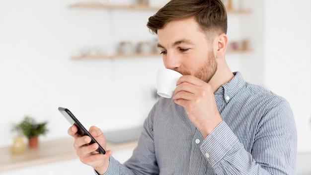 Человек, наслаждаясь кофе, попивая кофе