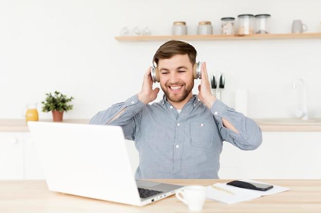 ビデオ通話を持つヘッドフォンを持つ男