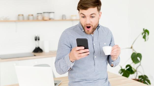 Современный человек проверяет мобильный