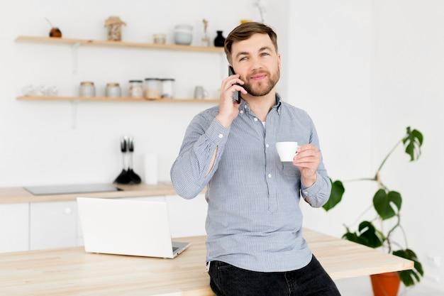 Современный человек разговаривает по телефону