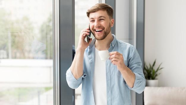 携帯電話で話している肖像画の男