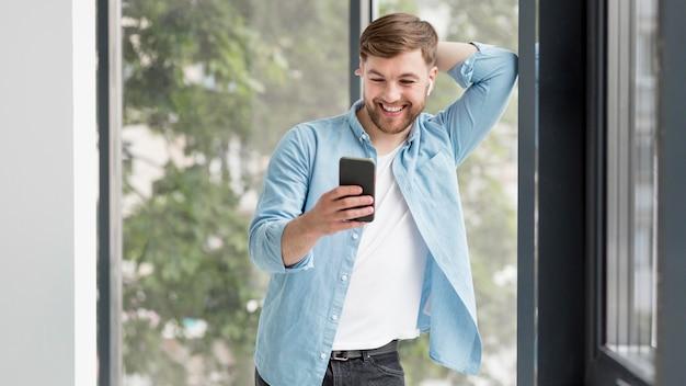 携帯電話をチェックするスマイリー男