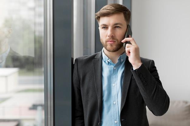 電話で話しているビジネスの男性