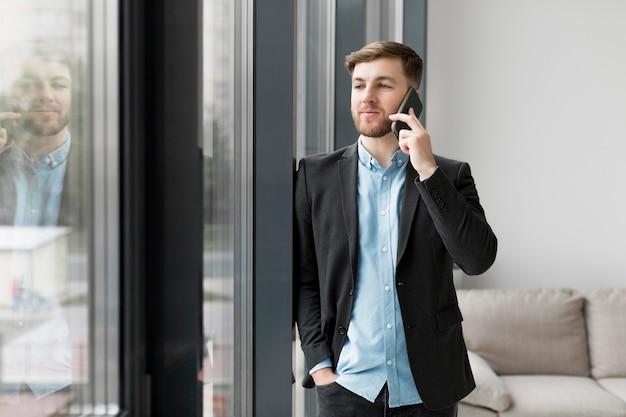 電話で話している肖像画ビジネス男