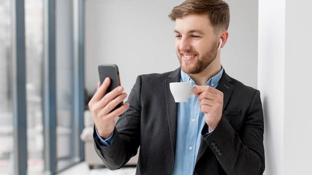 携帯電話でのビジネスの男性ビデオ通話