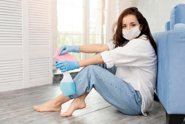 女性がフェイスマスクで掃除しながらポーズの側面図
