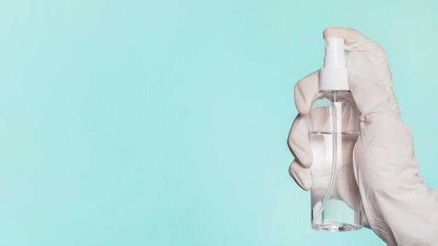 コピースペースと消毒剤を保持している手の側面図