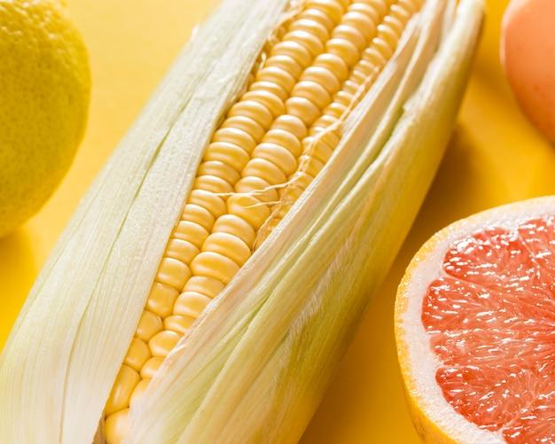 グレープフルーツとトウモロコシのクローズアップ