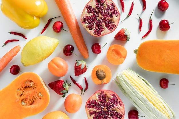 トウモロコシとザクロと桃のトップビュー