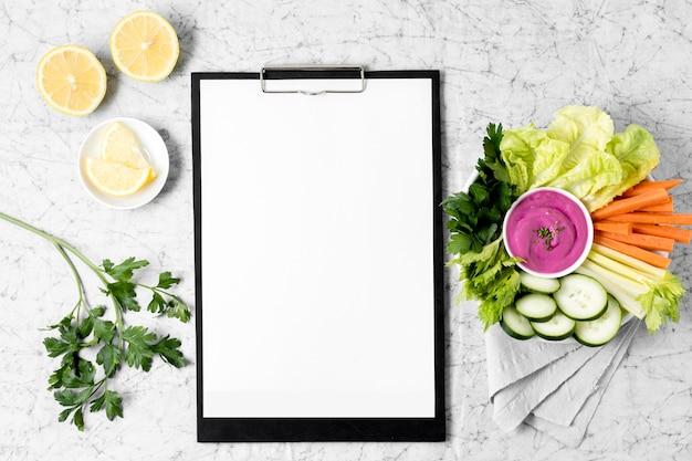 野菜とレモンのプレートが付いているメモ帳