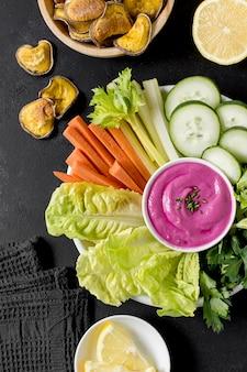 Плоская тарелка с овощами и другой едой