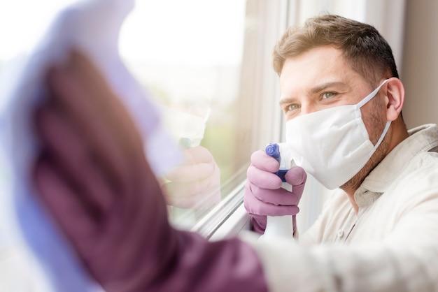 Молодой человек в медицинской маске