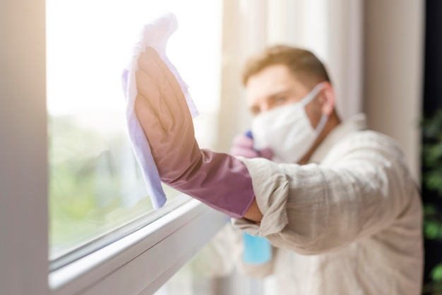 Затуманенное человек в медицинской маске