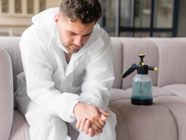 Средний выстрел усталого человека на диване