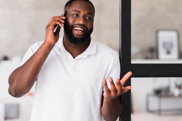 電話で話しているハンサムな成人男性