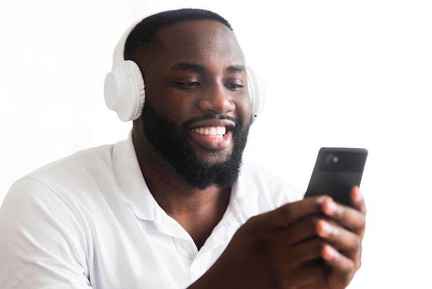 音楽を聴くハンサムな男の肖像