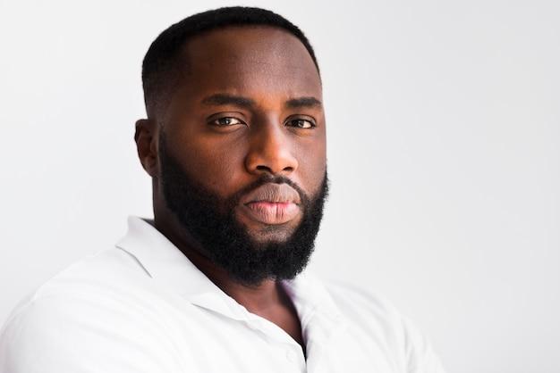 Портрет красивого бородатого мужчины