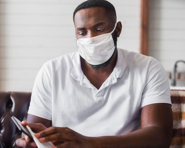 携帯電話を消毒する成人男性の肖像画