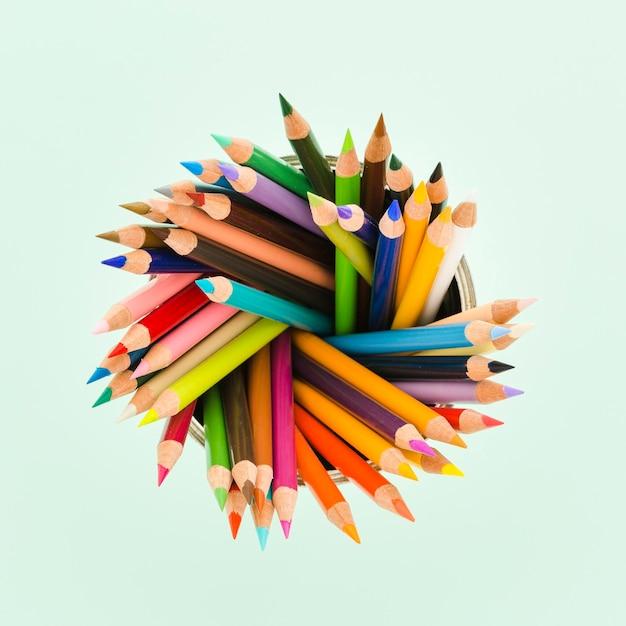 Вид сверху ассортимент цветных карандашей