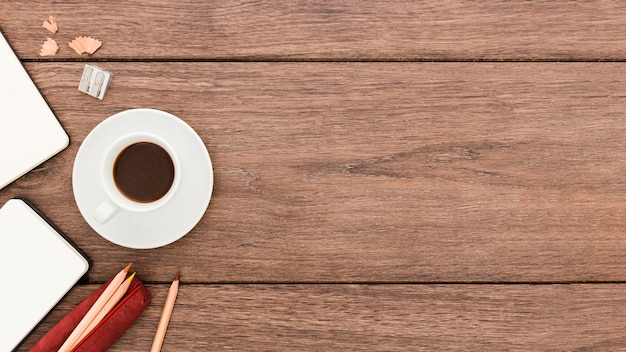Вид сверху на рабочем месте с чашкой кофе