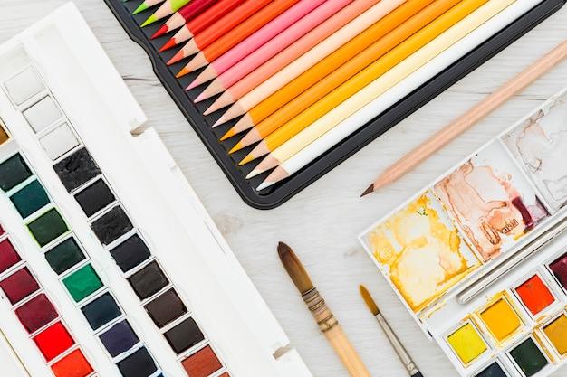 Вид сверху ассортимент лакокрасочных материалов