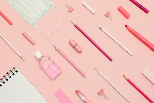 ピンクの背景を持つ学校の鉛筆