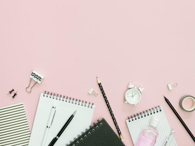 Школьные принадлежности с розовым фоном