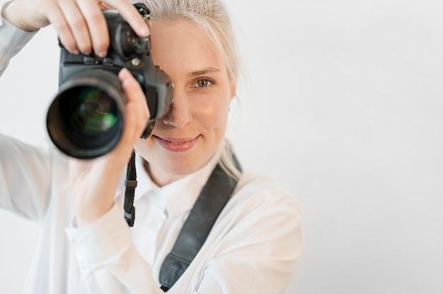 Крупным планом женщина берет фотографию