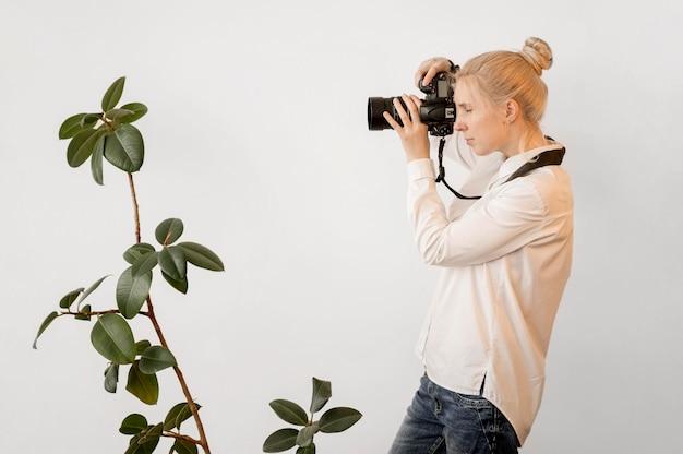 Концепция фотоискусства фотографа и комнатного растения