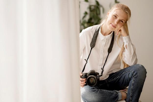 女性とカーテンの写真アートのコンセプト