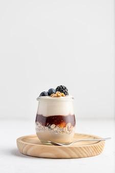 Вид спереди йогурт с фруктами и вареньем с копией пространства