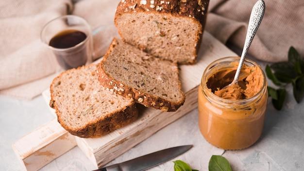 自家製のパンとクローズアップのピーナッツバター