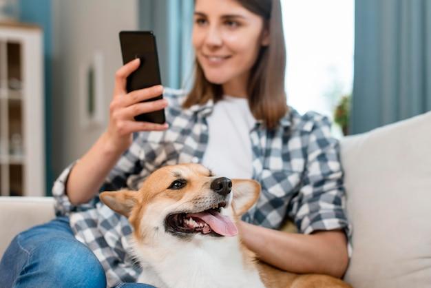 Собака ласкается женщиной
