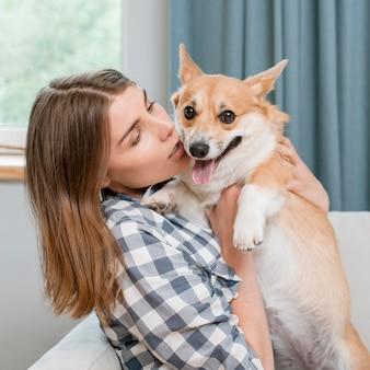 Женщина, держащая свою очаровательную собаку