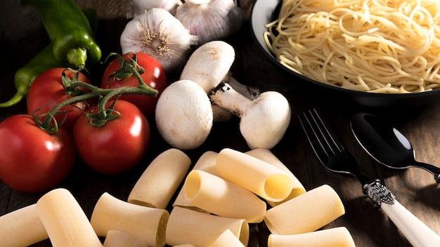 トップビューパスタの新鮮な野菜