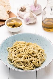 Тарелка с вкусными спагетти