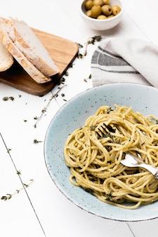 Плоская тарелка с вкусными спагетти
